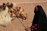Beduin kvinna med kamel — Stockfoto