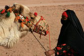 骆驼的贝都因人女人 — 图库照片