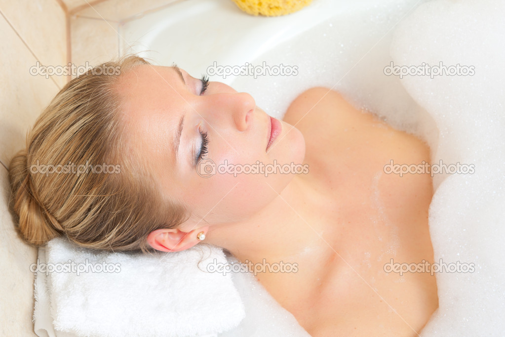 Cacuasian blond woman in bath — Stock Photo #3169667