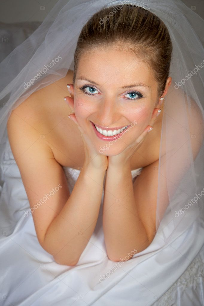 Caucasian bride posing in wedding dress — Stock Photo #3169823