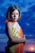 Adolescente en pareo en sunset — Foto de Stock