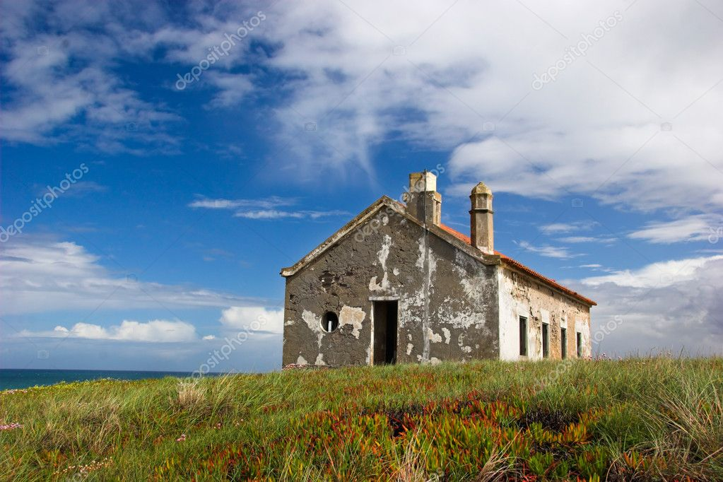 Abandoned house close to the sea — Stock Photo #4059982