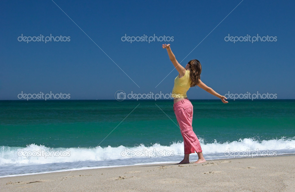 Beautiful woman making poses in the beach — Stock Photo #4062783