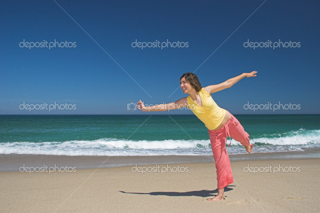 Beautiful woman making poses in the beach — Stock Photo #4062785