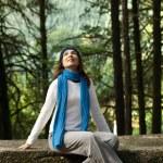 Gelukkig jonge vrouw in de natuur — Stockfoto