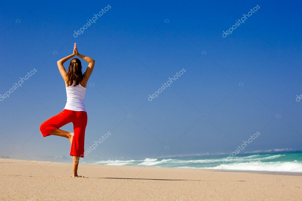 Beautiful young woman making Yoga exercises on the beach — Foto Stock #5064716
