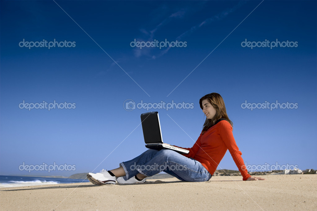 Woman working with a laptop on the beach — Stock Photo #5064828