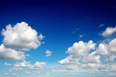 Blue sky with cotton like clouds — Stock fotografie