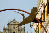 Statue of egret and Cathedral — Stock Photo