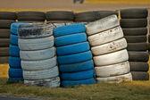 Langs de weg gestapelde banden — Stockfoto