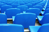 Pusty stadion niebieskie plastikowe siedzenia — Zdjęcie stockowe