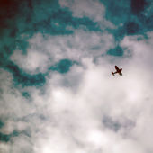 A plane flying high in the blue sky. — Foto Stock