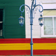 Street light in front of colorful wall - Foto Stock
