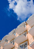 Orange Hotel in front of a blue sky — Stock Photo