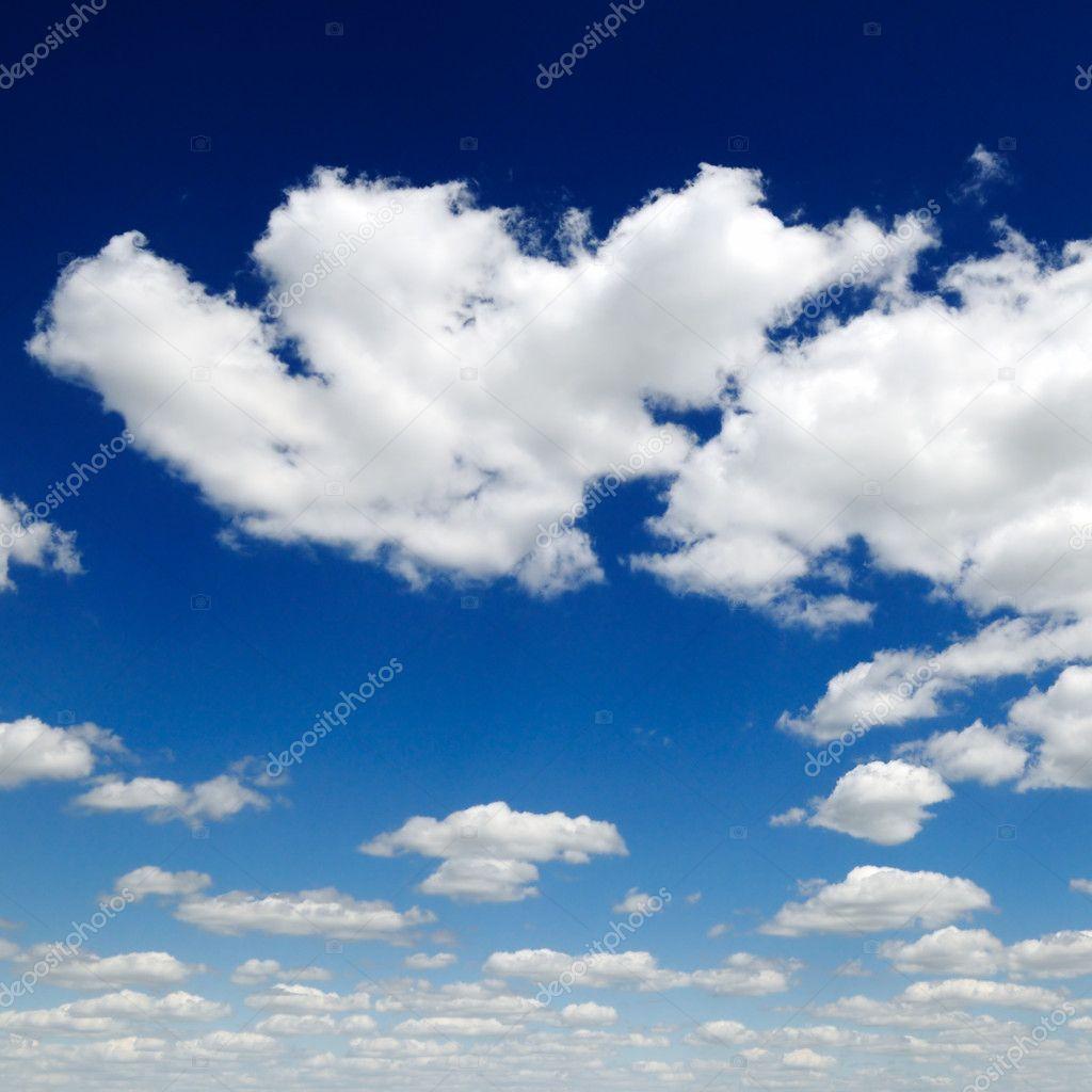 在蓝色的天空白色蓬松的云彩— 照片作者 serg64