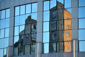 Reflection classic Moscow home in glass of modern daily building — Stockfoto