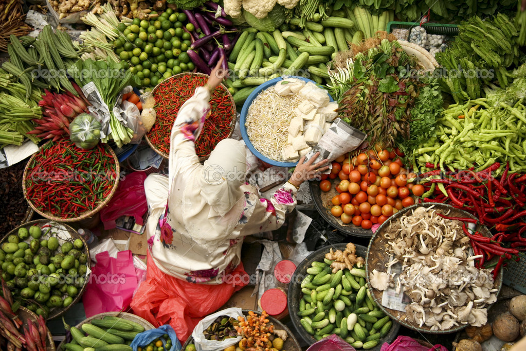 Muslim woman selling fresh vegetables at market in kota baru malaysia — Stock Photo #2929524