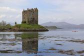 Caiaque explora castelo perseguidor escócia — Foto Stock