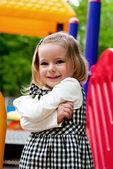 Mädchen auf dem Spielplatz — Stockfoto