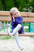 Meisje op een bankje — Stockfoto