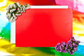 Carte de voeux rouge avec des fleurs — Photo