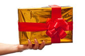 Caja de regalo amarillo mano femenina — Foto de Stock