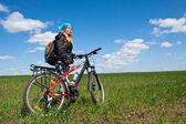 Cool holka jede na kole. — Stock fotografie