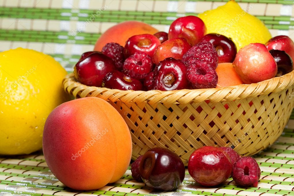 Plate with fresh fruit. A healthy food. — Stock Photo #3505462