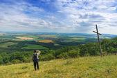 Homem colina olhando o país — Foto Stock