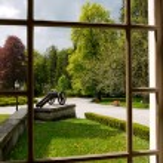 Při pohledu přes okno na historický park — Stock fotografie #3206498