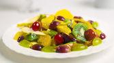 Ensalada de frutas y bayas en un plato — Foto de Stock