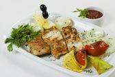 Sebze ve otlar bir tabak ızgara balık — Stok fotoğraf