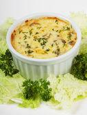 Julienne com cogumelos e salada — Foto Stock