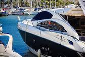 Ein luxus-boot in einem hafen — Stockfoto