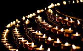 Levande ljus i en kyrka — Stockfoto