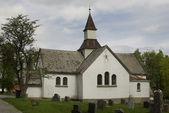 Vieux cimetière avec église blanche — Photo