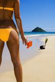 Espejo retrovisor de mujer en bikini en la playa — Foto de Stock