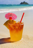 Mai tai cocktail on the beach — Stock Photo