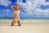 Tiener meisje in een bikini — Stockfoto