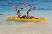 Genç bir çift hawaii'de kanosu — Stok fotoğraf
