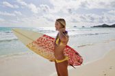 Beautiful young girl with surfboard — 图库照片