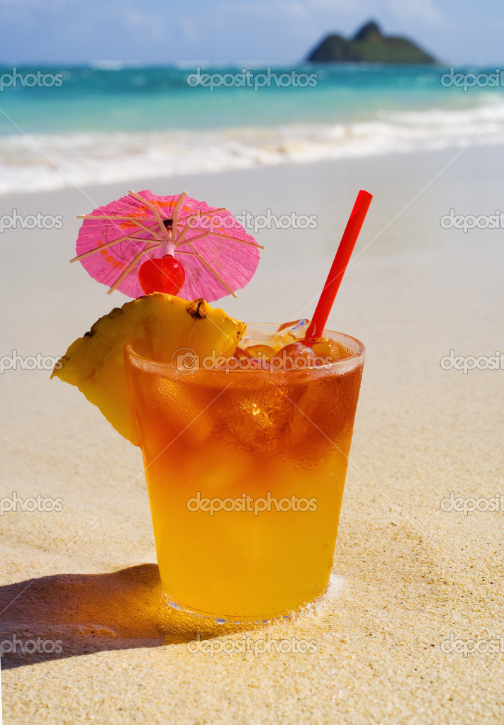 Mai tai cocktail sitting on the sand of lanikai beach in hawaii — Stock Photo #2853768