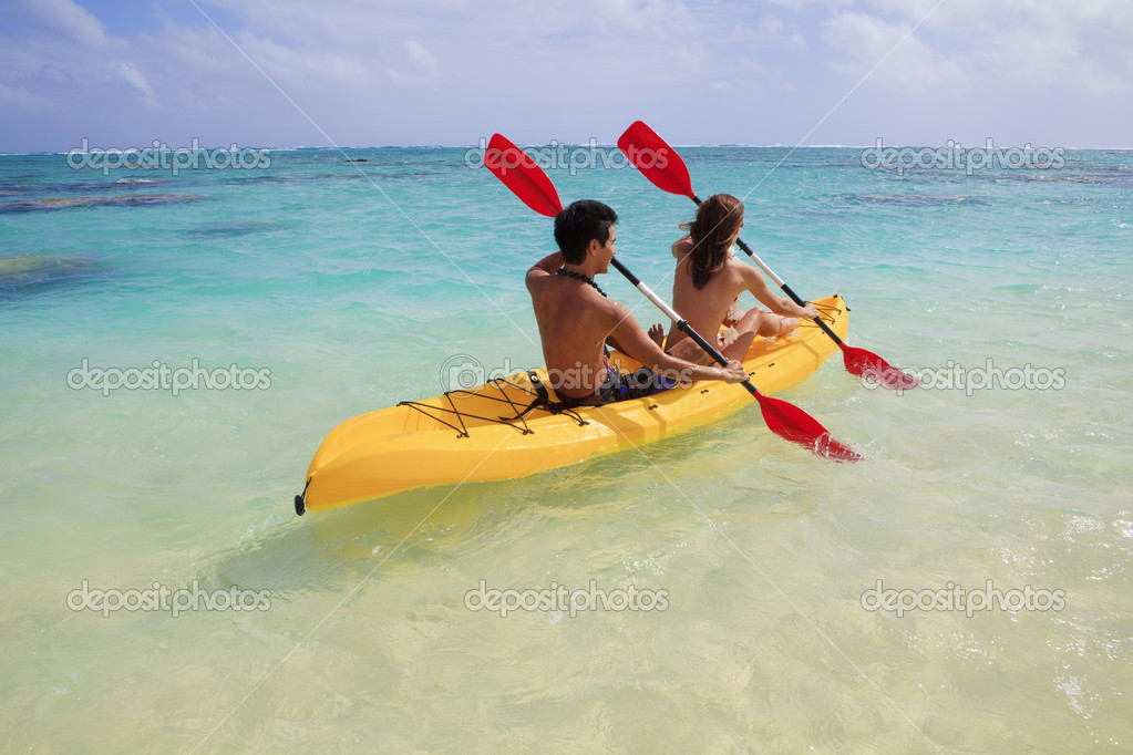 Young couple kayaking in hawaii — Stock Photo #2855886