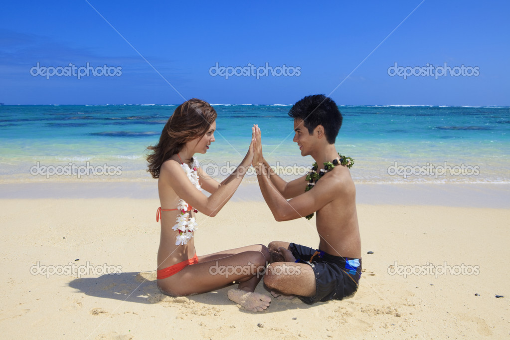 Couple on the beach in hawaii touching hands — Stock Photo #2856057