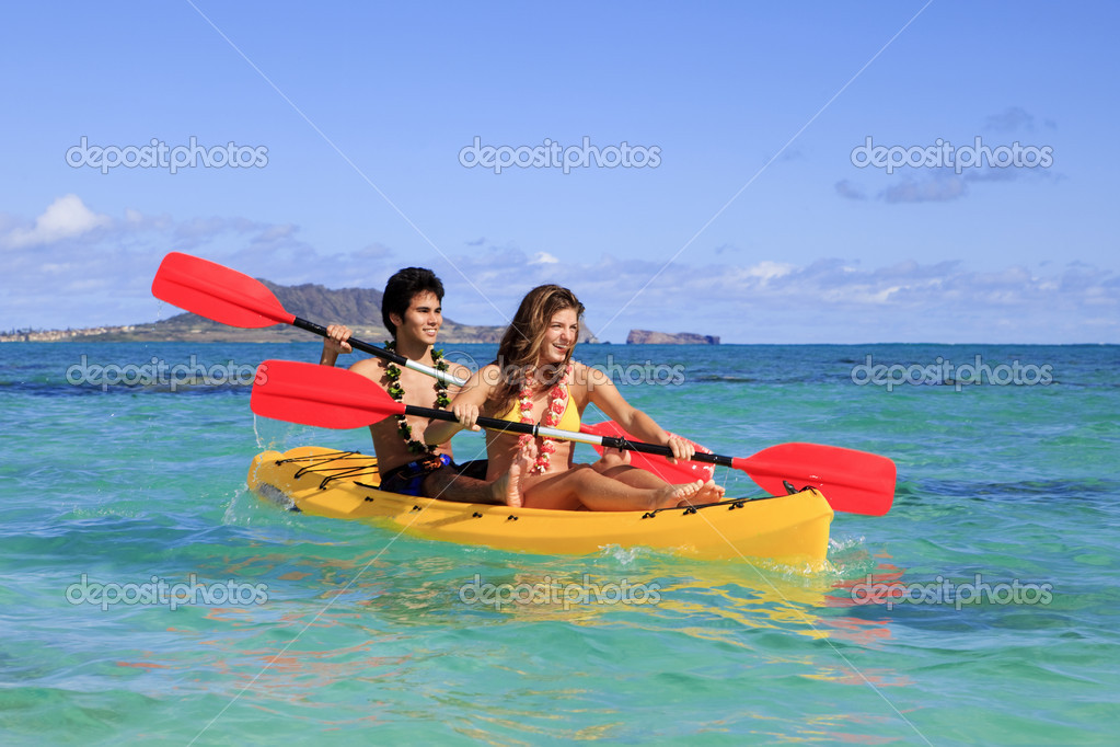 Young couple with a kayak in hawaii — Stock Photo #2862504