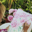 Artist painting flowers - Foto Stock