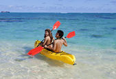Couple in hawaii paddling a kayak — Stock Photo