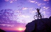 Silueta de mujer en la cima de una montaña — Foto de Stock
