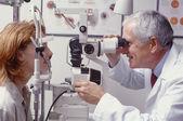 Optometrista con paziente — Foto Stock
