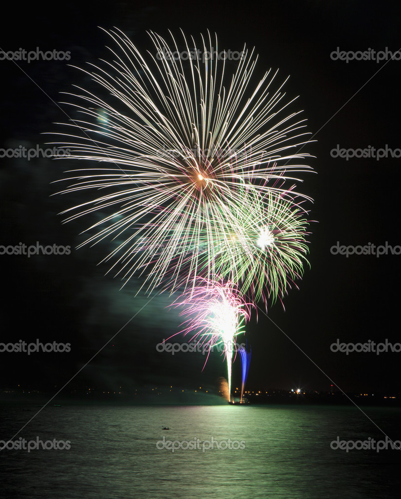 Fireworks display on the fourth of july in kailua bay, hawaii — Stock Photo #3499183